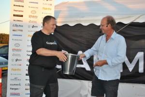 Thomas Stoffer modtager spand fra RustfriDK samt gavekort fra Fisk & Fri